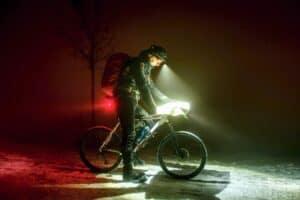 mand cykler med hjelm m lys